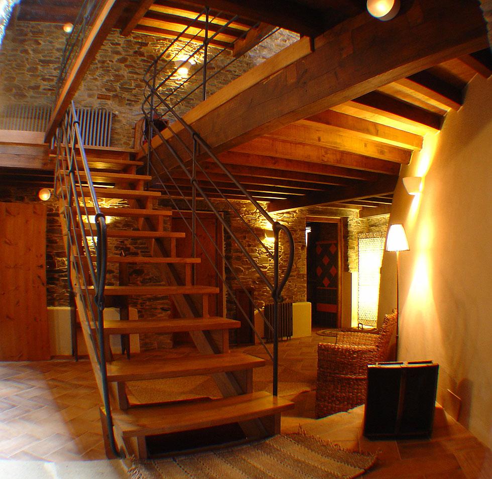 Los salones de areal pasillo turismo rural en viveiro for Casas con escaleras de madera